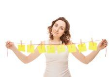 Schöne Frau, die ein Netzkabel mit klebrigem anhält lizenzfreies stockfoto