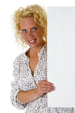 Schöne Frau, die ein unbelegtes Anschlagbrett anhält Lizenzfreie Stockfotografie