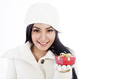 Schöne Frau, die ein Weihnachtsgeschenk anbietet Stockbilder