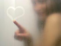 Schöne Frau, die eine Dusche nimmt. Lizenzfreie Stockfotos