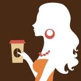Schöne Frau, die eine Papierkaffeetasse anhält Lizenzfreies Stockbild