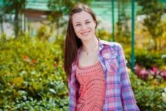 Schöne Frau, die in einem Garten liegt Stockfoto