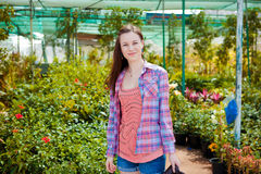 Schöne Frau, die in einem Garten liegt Lizenzfreies Stockbild