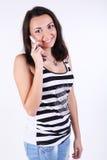 Schöne Frau, die an einem Telefon spricht Lizenzfreies Stockfoto