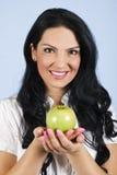 Schöne Frau, die einen Apfel anhält Stockbilder
