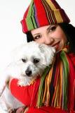 Schöne Frau, die einen Haustierhund anhält stockfotos