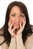 Schöne Frau, die ernst schaut Lizenzfreies Stockfoto