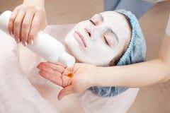Schöne Frau, die Gesichtsschönheitsbehandlung am Badekurort erhält Lizenzfreies Stockbild