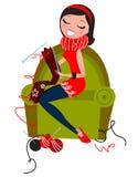 Schöne Frau, die handgemachte Strickwaren strickt Lizenzfreies Stockbild
