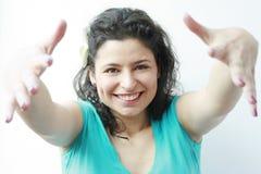 Schöne Frau, die Ihnen eine große Umarmung gibt Stockfotografie