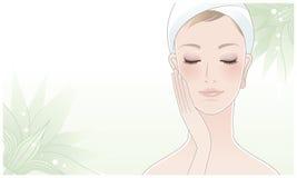 Schöne Frau, die ihr Gesicht auf Lotosblume berührt Lizenzfreie Stockbilder