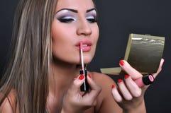 Schöne Frau, die ihr Make-up macht Stockfotos