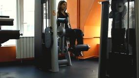 Schöne Frau, die ihre Beine auf dem Training ausübt stock video footage