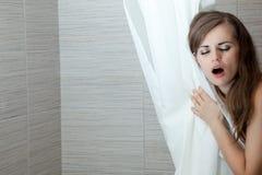Schöne Frau, die im Badezimmer singt Lizenzfreie Stockfotografie