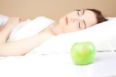 Schöne Frau, die im Bett (Fokus, lsleeping ist auf Frau) Stockfoto