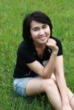 Schöne Frau, die im Park lächelt Stockbild
