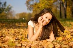 Schöne Frau, die im Park liegt Lizenzfreie Stockfotos