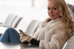 Schöne Frau, die Kamera betrachtet Stockfotografie