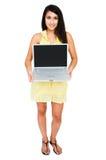 Schöne Frau, die Laptop zeigt lizenzfreies stockfoto