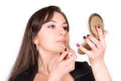 Schöne Frau, die Lippenstift anwendet Stockbild