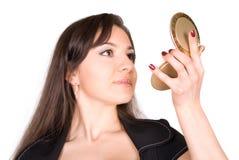 Schöne Frau, die Lippenstift anwendet Stockfotografie