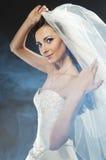 Schöne Frau, die luxuriöses Hochzeitskleid trägt Lizenzfreies Stockbild