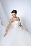 Schöne Frau, die luxuriöses Hochzeitskleid trägt Lizenzfreie Stockbilder