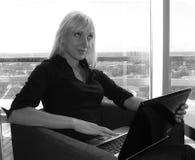 Schöne Frau, die mit Laptop arbeitet lizenzfreies stockfoto