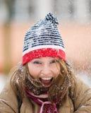 Schöne Frau, die mit Schnee spielt Stockbild
