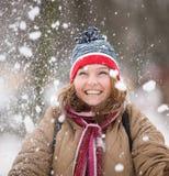 Schöne Frau, die mit Schnee spielt Stockfotografie