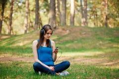 Schöne Frau, die Musik genießt Lizenzfreies Stockbild