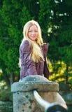 Schöne Frau, die nahen Zaun steht Stockbilder