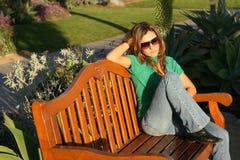 Schöne Frau, die am Park wartet (horizontal) Stockfotografie