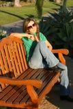 Schöne Frau, die am Park wartet (vertikal) Lizenzfreie Stockfotos