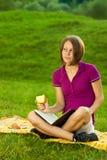 Schöne Frau, die Pläne träumt und bildet Lizenzfreies Stockfoto