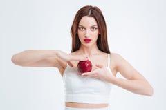 Schöne Frau, die roten Apfel anhält Lizenzfreie Stockfotografie
