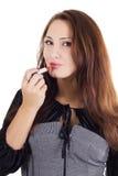 Schöne Frau, die roten Lippenstift anwendet Lizenzfreies Stockbild