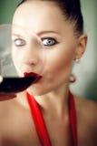 Schöne Frau, die Rotwein trinkt Stockbilder