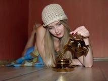 Schöne Frau, die sich zu Hause mit einer Tasse Tee entspannt stockfoto