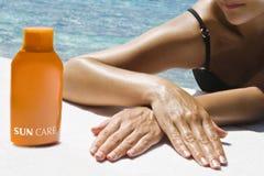 Schöne Frau, die sunbath nimmt lizenzfreies stockbild