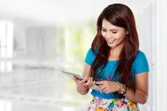 Schöne Frau, die Tablette verwendet Lizenzfreies Stockbild