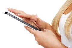 Schöne Frau, die Tablettecomputer verwendet   Lizenzfreie Stockfotos