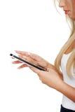 Schöne Frau, die Tablettecomputer verwendet Lizenzfreies Stockfoto