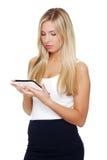 Schöne Frau, die Tablettecomputer verwendet Lizenzfreie Stockfotografie