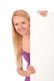 Schöne Frau, die unbelegtes Plakat anhält Lizenzfreie Stockbilder