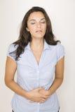 Schöne Frau, die unter stomachache leidet Stockfotos