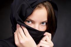 Schöne Frau, die vorbei ihr Gesicht versteckt Stockfoto