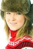 Schöne Frau, die warme Winterkleidung trägt Stockfotos