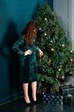 Schöne Frau, die Weihnachtsbaum verziert stockfoto