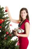 Schöne Frau, die Weihnachtsbaum verziert Stockbild